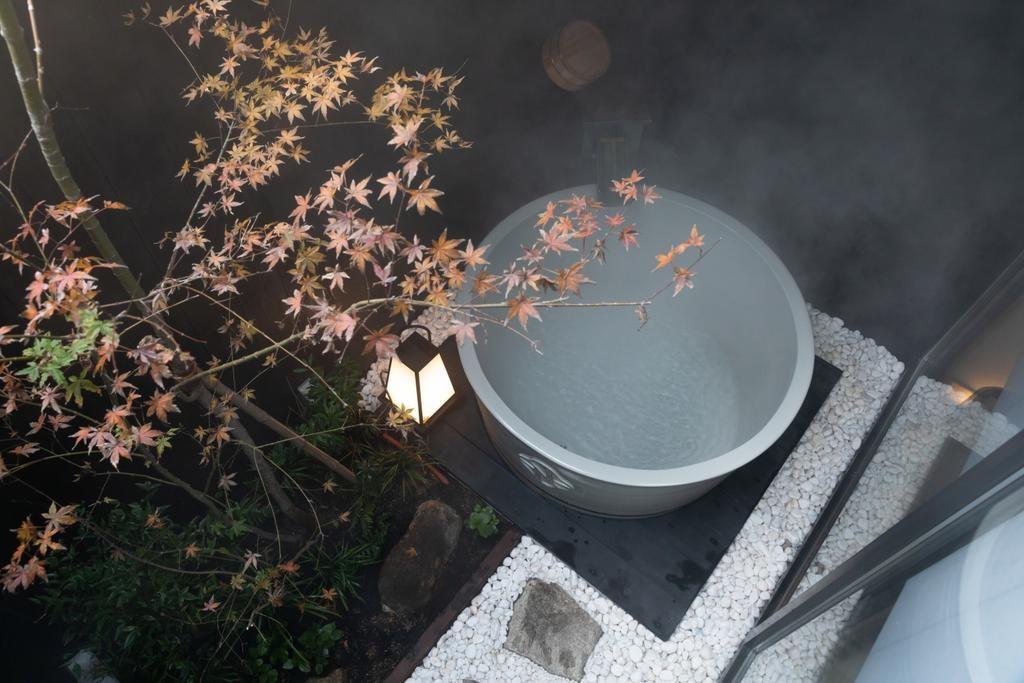 お茶碗型の信楽焼露天風呂を設えた坪庭。個室露天風呂が少ない京都では珍しく、外の風に当たりながら贅沢な湯浴みを楽しむことができる。