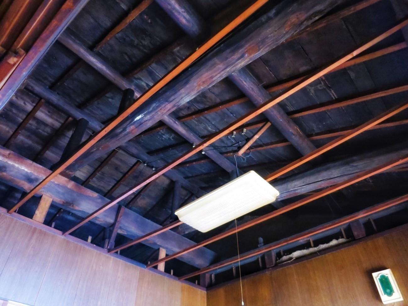 Before: 工事前の町家2階の天井部分の梁(西)