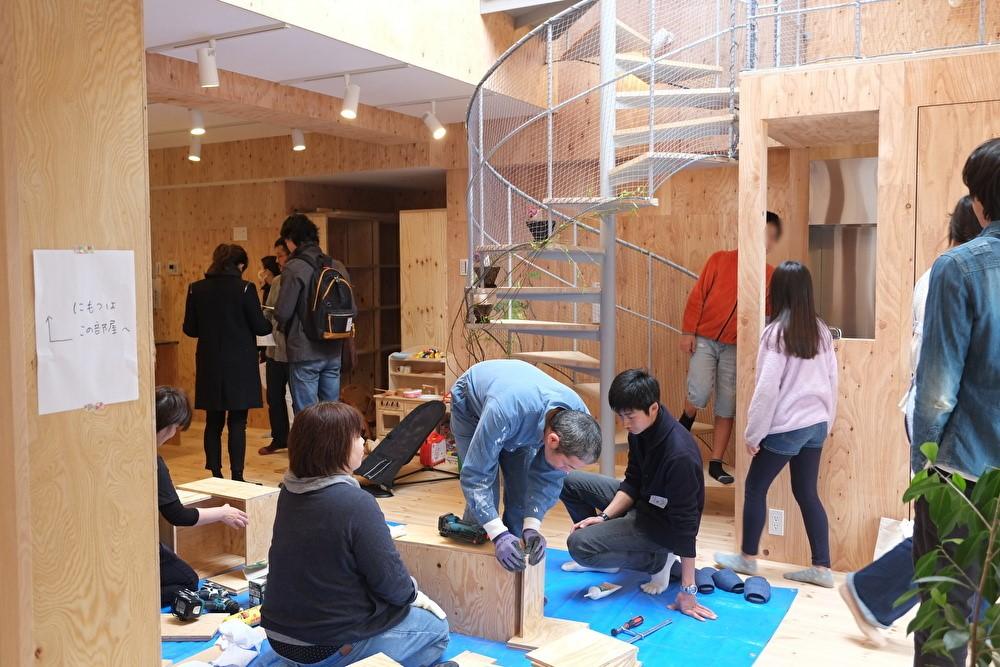 2階:シェアハウス・共用リビングで行われた棚づくりワークショップの様子。