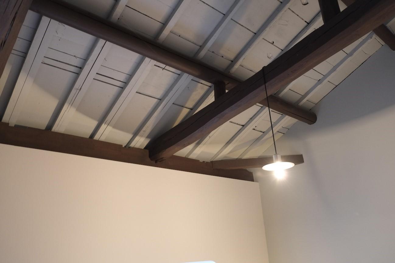 After: 完成後の2階寝室の天井。既存の町家の梁を活かした空間