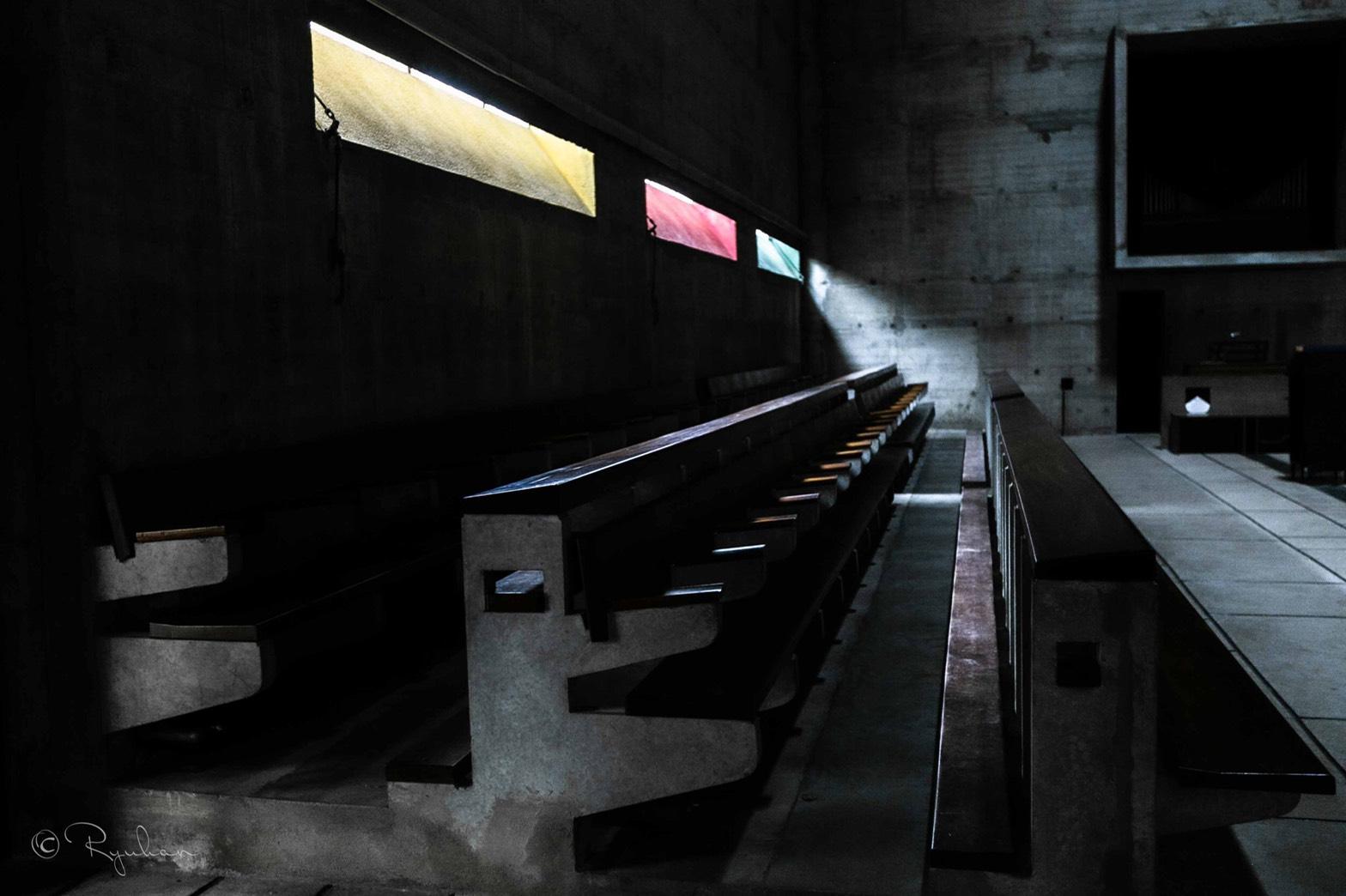 礼拝堂の長椅子と光