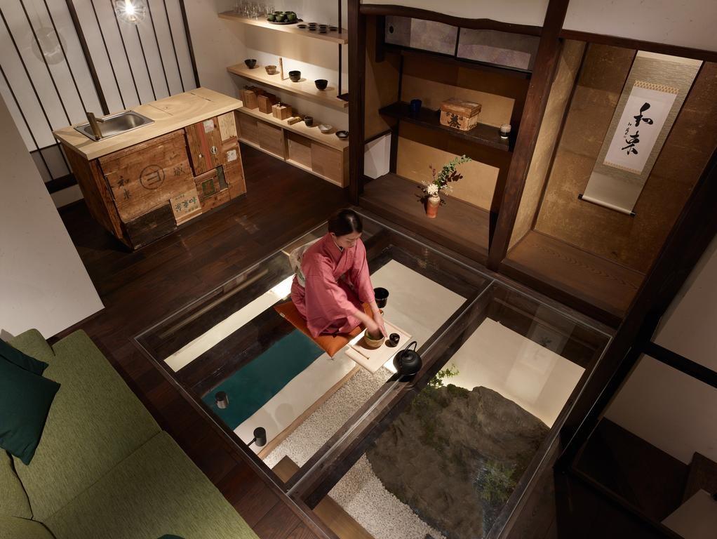 真上から枯山水の庭を見下ろせる透明な床で仕上げられた居間(2階)