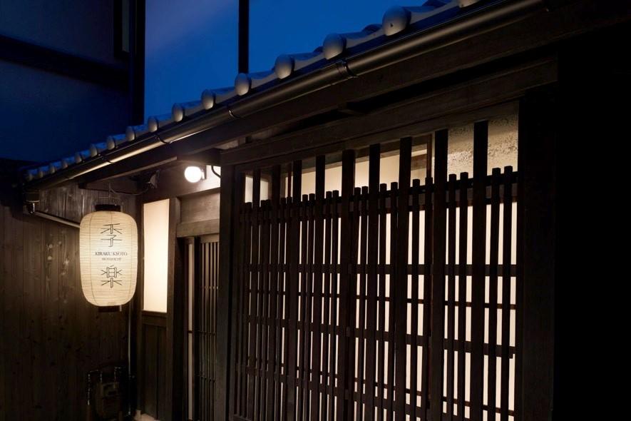 祇園の中心から少し離れ、路地を入った静かな場所に建つ築70年以上の京町家をリノベーションした「季楽 京都 本町」外観。