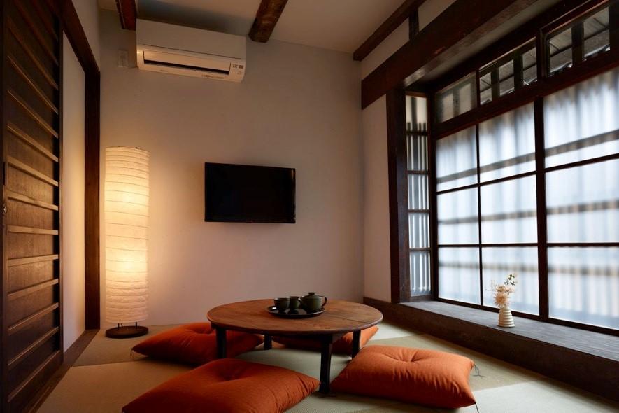 1階和室:清潔感があり、落ち着いた雰囲気が居心地の良さを醸成している。布団を敷き、寝室として利用することもできる。