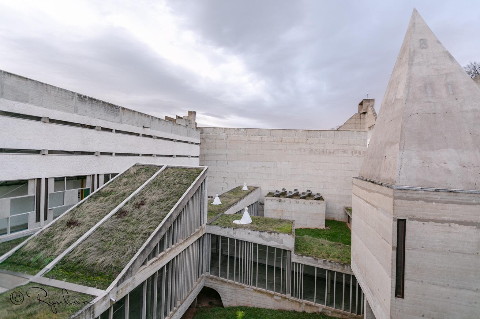 中央の回廊を眺める