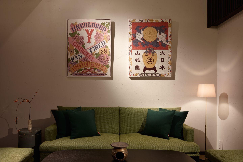 ウォールアートのモチーフとなったのは和束茶の輸出用ラベル。グラフィックデザイナーのTsutomu Yamaguchi氏のモダンなデザインと西陣織のネクタイを手掛ける「タイヨウネクタイ」の生地が融合された作品が居間を彩る。