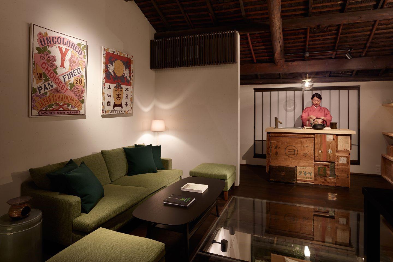 2階のティースタンドは、和束町で実際に使用されていた茶箱をリメイクして制作。木の風合いとノスタルジックな漢字を活かしたデザインが外国人宿泊客からも評価が高い。
